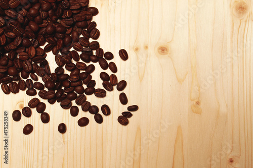 Fotobehang Koffiebonen Coffee beans scattered on the table