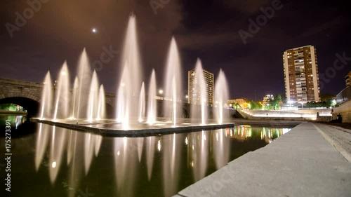 Motion Timelapse nocturno de una de las fuentes junto al Puente de Segovia, en Madrid Río, Madrid.