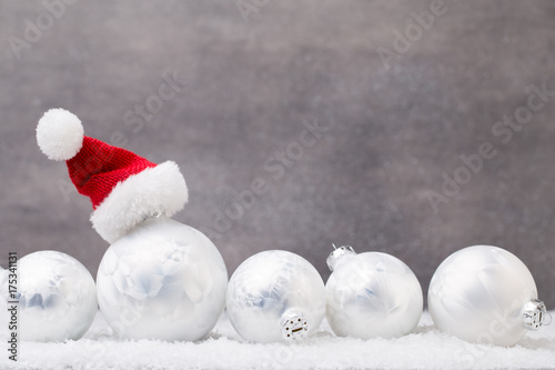 Papiers peints Kiev Silver Christmas balls on shiny background.