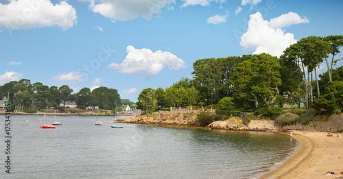 Papiers peints Bleu ciel Île aux moines. Front de mer à marée basse . Morbihan, Bretagne, France