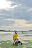 Un petit garçon qui fait du vélo sur une plage en Bretagne - 175351907
