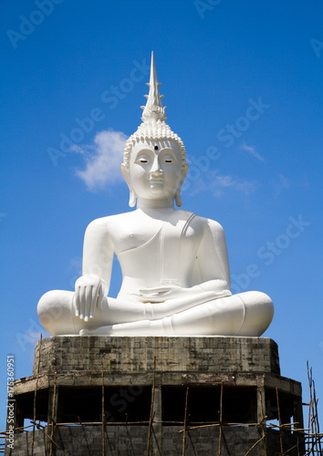 Keuken foto achterwand Boeddha White big Buddha statue and blue sky background