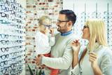 Family in optics store - 175363379