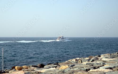 In de dag Dubai A super yacht in Dubai, United Arab Emirates