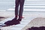信号を待つ男性の足 - 175417986