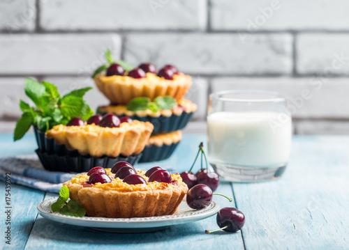 Fotobehang Kersen Small tarts with fresh cherries