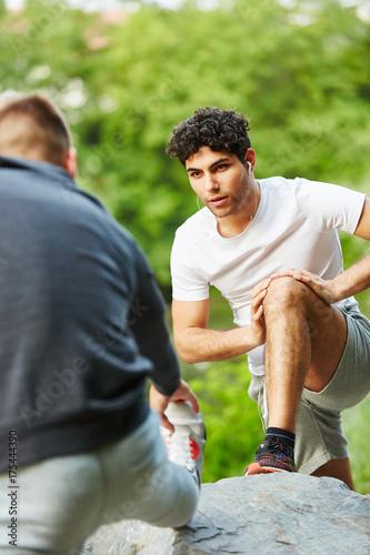 Junge Männer dehnen Beine Poster