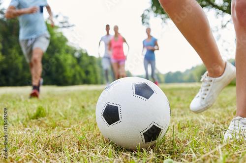 Fotobehang Voetbal Fußball im Park als Freizeitsport