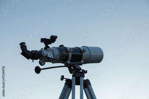 Aluminium Heelal Telescope for amateur astronomy on a tripod.