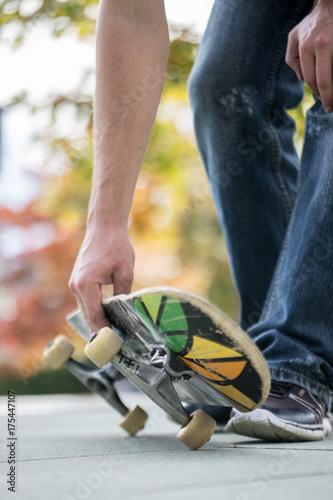 Fotobehang Skateboard Junger Mann mit Skateboard, Innenstadt, Wheels und Trucks