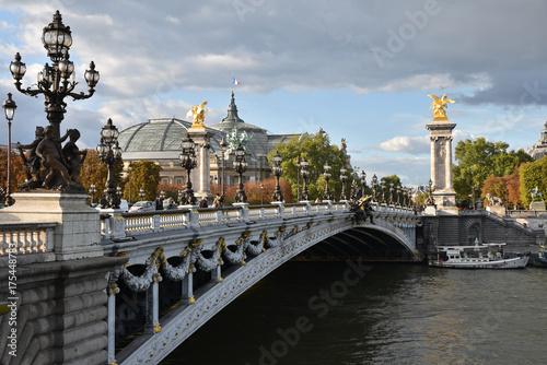 Fotobehang Bruggen Pont Alexandre III franchissant la Seine à Paris, France