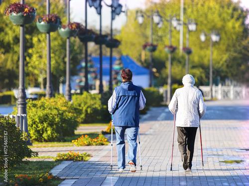 walking elderly women ile ilgili görsel sonucu