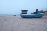 Fischerboot am Strand im Nebel - 175471186