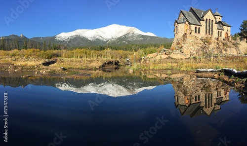 Foto op Plexiglas Bleke violet Chapel on the Rock in Colorado with Rocky Mountains in background