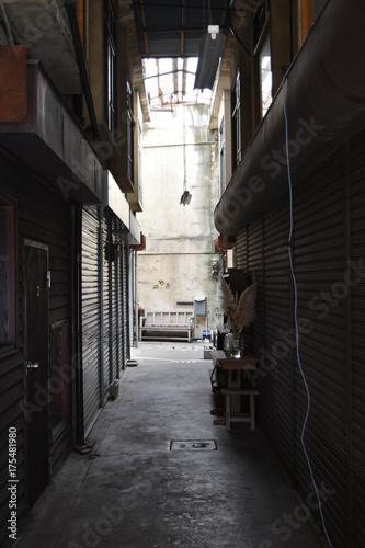 Tuinposter Smal steegje レトロな商店街
