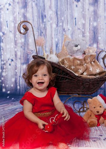 jolie fillette souriante sur décor de noël