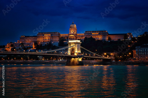 Fotobehang Boedapest Blick auf die beleuchtete Burg in Budapest am Abend