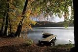 malerischer Steg mit Boot am See im Herbst - 175506344