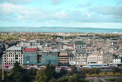 Vista de la ciudad de Edimburgo desde un punto alto de la ciudad. - 175536173