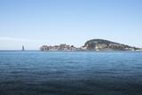 promontorio di Gaeta con barca a vela vista dal mare - 175578364