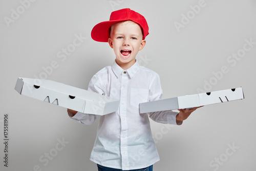 Foto op Canvas Pizzeria Kind als Pizzabote vom Lieferdienst mit frischer Pizza