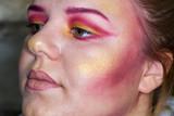 Jeune femme se faisant maquiller - 175611918