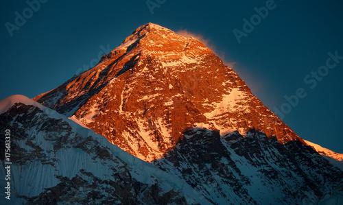 najwyzsza-gora-swiata-everest-8848-m-poludnie