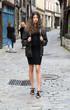 Jeune femme marchant dans une rue