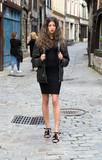 Jeune femme marchant dans une rue - 175625378