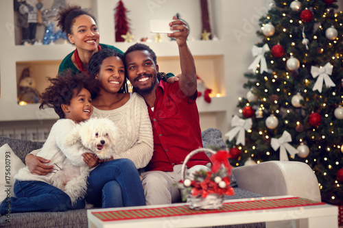 Christmas selfie - Afro American family making selfie. плакат