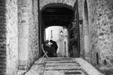 donne  affaccendate nei vicoli di paese d ' Italia - 175640752
