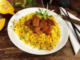 Gulasch auf Curryreis mit Gemüse - 175644324