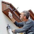 Homme peint sa maison