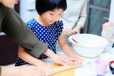 料理を手伝う女の子 - 175681188