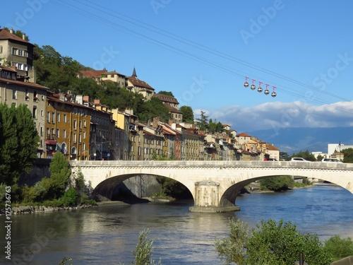 Grenoble, vue sur le pont Marius-Gontard sur l'Isère, en été (France)