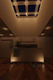 Luxuriöses Badezimmer mit Laminatboden und Lichtern in der Nacht - 175738333