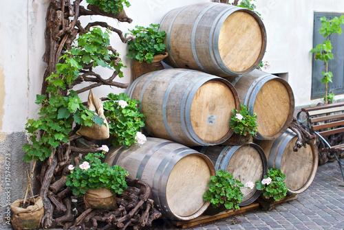 Botti di vino davanti ad un bar