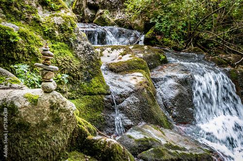 Papiers peints Zen Zénitude au bord de la cascade du ruisseau d'Audiernes à Peyrusse-le-Roc