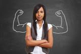 Starke afrikanische Frau mit aufgemalten Muskeln - 175811913