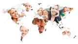 Weltkarte der Erde mit Gesichtern vieler lächelnder Leute - 175811942