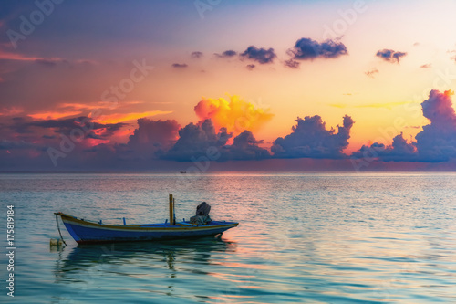 Keuken foto achterwand Ochtendgloren Calm sunrise over ocean on Maldives