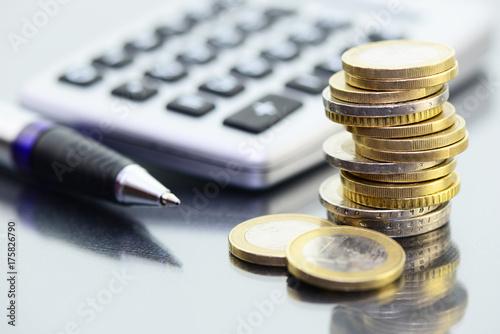 Leinwandbild Motiv Münzen Kugelschreiber