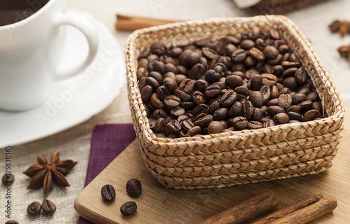 Papiers peints Café en grains black coffee and grains of coffee in a basket, kitchen table.