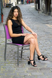 Jeune femme assise sur ue chaise dans un vieille rue de Rouen - 175838937