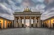 Das Brandenburger Tor in Berlin mit herbstlichen Himmel bei Sonnenuntergang