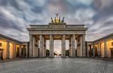 Das Brandenburger Tor in Berlin mit herbstlichen Himmel bei Sonnenuntergang - 175850703