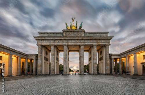 Das Brandenburger Tor in Berlin mit herbstlichen Himmel bei Sonnenuntergang Poster
