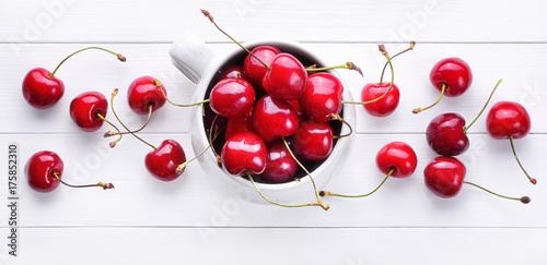 Fotobehang Kersen Cherries on white wood background