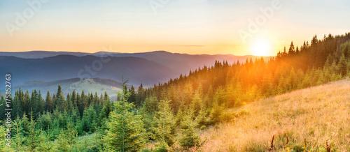 Foto op Aluminium Panoramafoto s Panorama sunset in the mountains