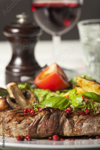 Papiers peints Steakhouse Nahaufnahme von einem Rindersteak mit Pfefferkörnern